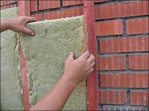 Процесс звукоизоляции кирпичного здания