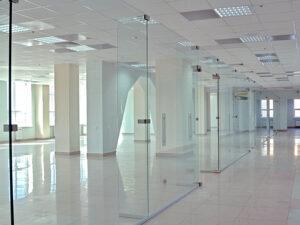 Виды и особенности стеклянных офисных перегородок